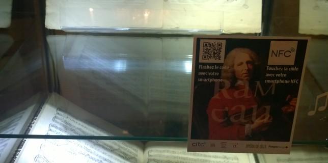 vitrine équipée de NFC et de QR code, hébergeant un partition de Rameau