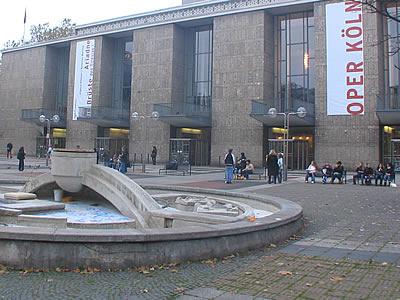 L'Opera de Cologne dominant la Place Offenbach